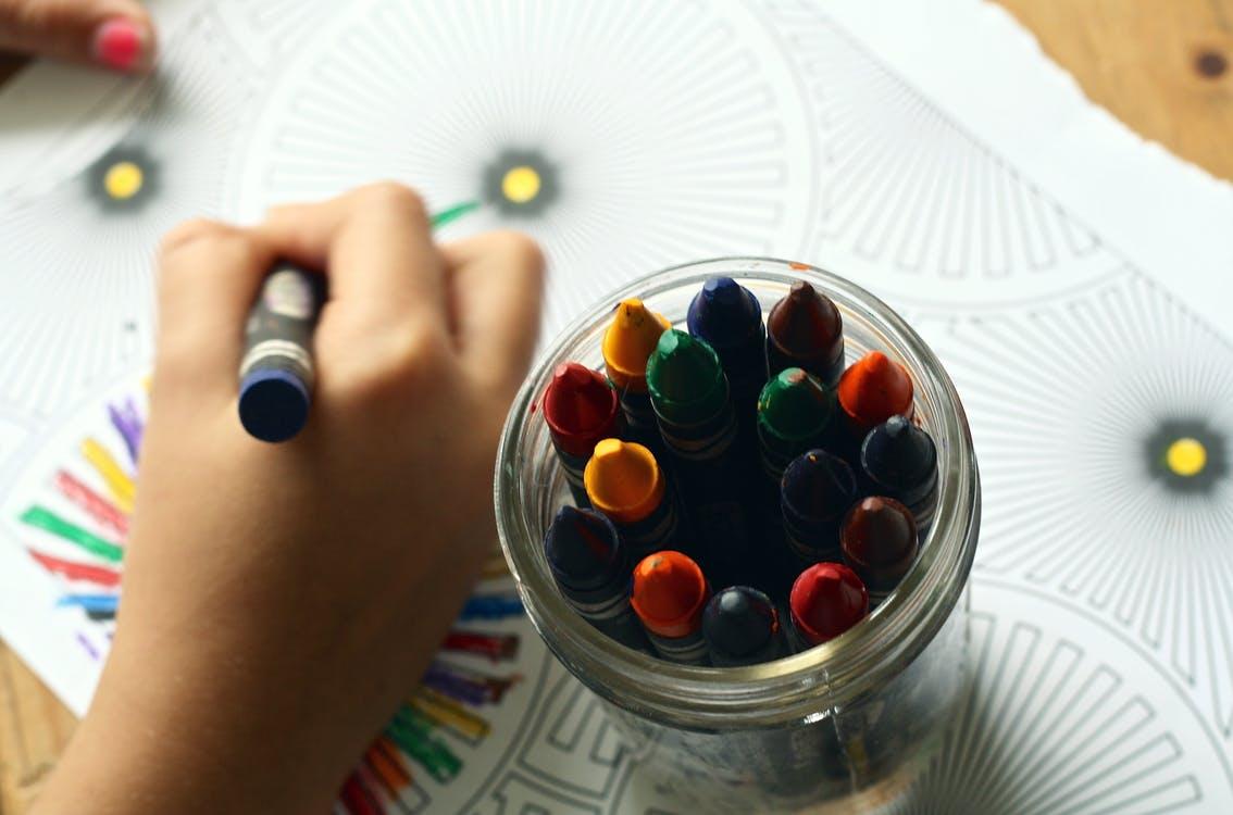 Nauka rysowania i malowania dla dzieci – dlaczego warto zapisać dziecko na kurs plastyczny?
